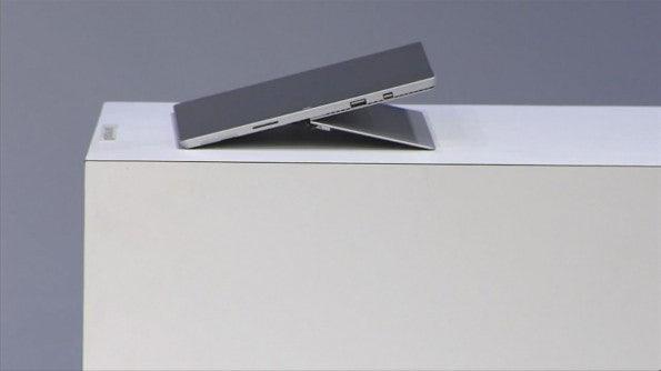 Der Ständer des Microsoft Surface Pro 3 kann nun stufenlos verstellt werden. (Screenshot: Microsoft.com)