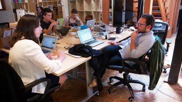 Feastly-Team: Man arbeitet gemeinsam an einem Tisch. (Bild: Andreas Weck)