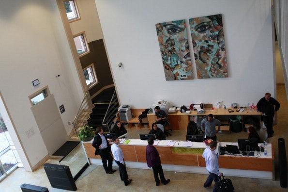 In der Lobby werden Besucher in Empfang genommen. (Bild: Facebook)