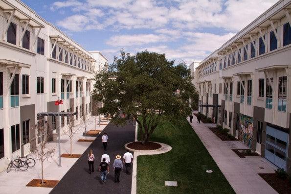 Der Courtyard in der Facebook-Zentrale in Menlo Park. (Bild Facebook)