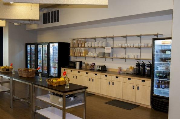 Die Küche mit freien Getränken und Snacks. (Bild: Eventbrite)