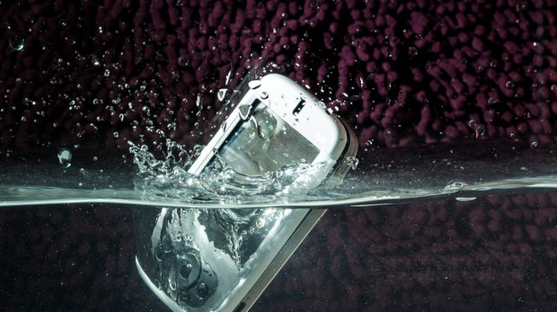 Smartphone nass geworden? Die ultimativen Erste-Hilfe-Tipps bei Wasserschäden