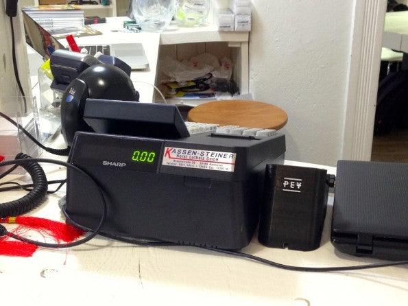 Das Bitcoin-Terminal aus dem 3D-Drucker steht neben der Kasse und wird bei Bedarf aktiviert. (Foto: t3n)