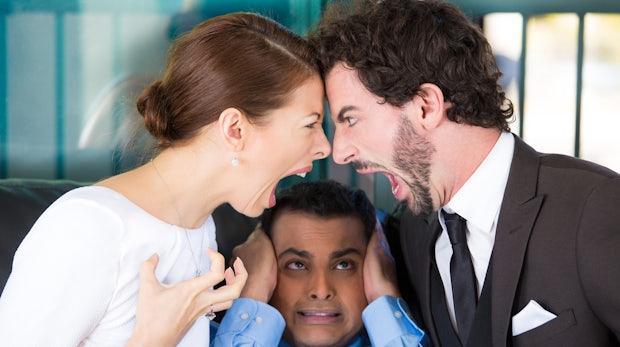 Streit unter Mitarbeitern: Schlichten oder lieber raushalten?