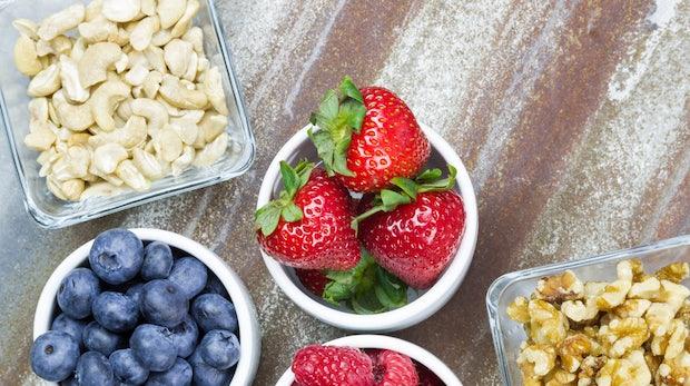 Richtig naschen: Gesunde Snacks für den Büroalltag