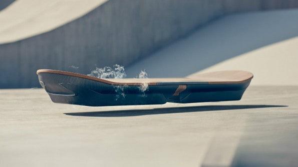 Das Hoverboard von Lexus hält sich mit einer Magnetschwebetechnik über dem Boden. (Foto: Lexus)