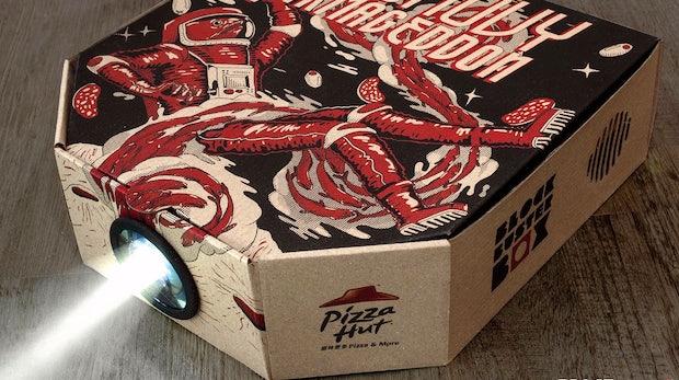 Pizza zum Filmabend: Geniale Marketing-Aktion macht Pizzaschachtel zum Beamer