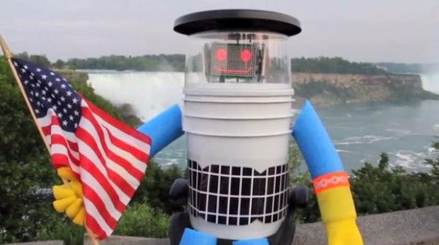 """""""Manchmal passieren guten Robotern schlechte Dinge"""" – Der trampende Roboter hitchBOT wurde zerstört"""