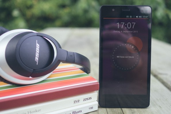 Manchmal erinnern mich Smartphones an einen Roman. Das BQ Aquaris E5 HD hat auch einige Gemeinsamkeiten damit. (Foto: Johannes Schuba)