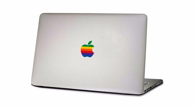 "Apples MacBook goes retro. Bild: <a href=""http://de.dawanda.com/product/93980295-apple-rainbow-logo-macbook-sticker-aufkleber"">DaWanda</a>"