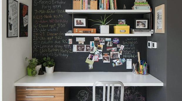 """Das Besondere an diesem Heimarbeitsplatz ist das Regalsystem mit beschreibbarer Wand. Ideal für einen stylischen Kalender. (Foto: © Justin Van Leeuwen / <a href=""""http://www.houzz.de/photos/19260789/contemporary-home-office-modern-arbeitszimmer-ottawa"""">Houzz</a>)"""