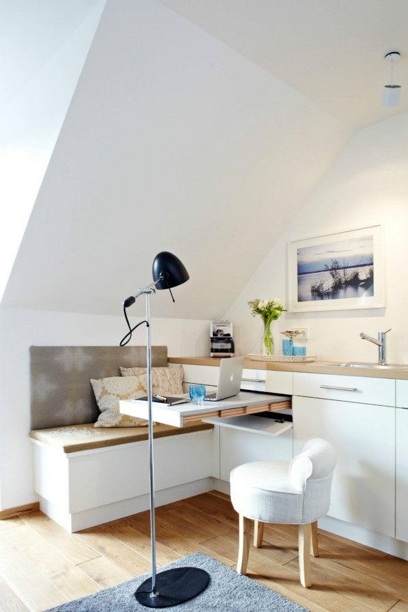 """Dass man auch die Küchenzeile hervorragend als Arbeitsplatz nutzen kann, zeigt dieses Beispiel. (Foto: © Christian Burmester / <a href=""""http://www.houzz.de/photos/deutschland/query/Home-office"""">Houzz</a>)"""