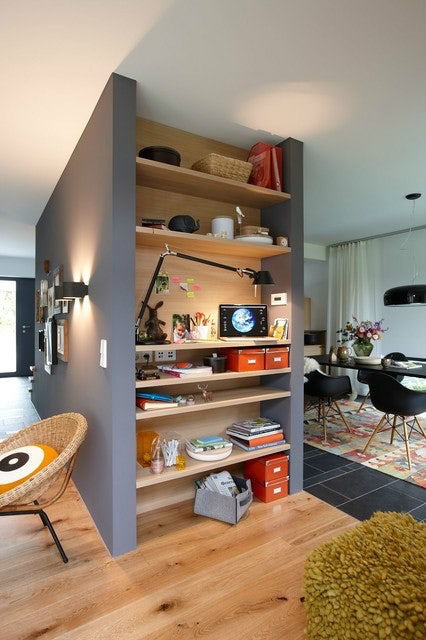 """Clever gelöst bei diesem Homeoffice ist die Kombination aus kompakter Regalwand mit einem Steharbeitsplatz. (Foto: © Heiner Orth / <a href=""""http://www.houzz.de/photos/21689763/schoener-wohnen-haus-modern-arbeitszimmer-other-metro"""">Houzz</a>)"""