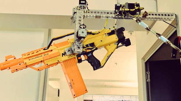 Volle Deckung! Dieser Nerf-Geschützturm wird per Slack gesteuert