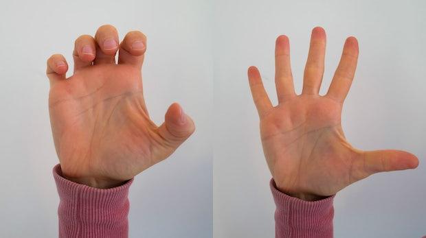 Variante 1: Die Finger im mittleren Gelenk zu einer Klaue anwinkeln und für fünf bis zehn Sekunden in dieser Position halten. Variante 2: Die Finger erneut zu einer Klaue anwinkeln und langsam über einen Zeitraum von etwa zehn Sekunden die Hand öffnen.