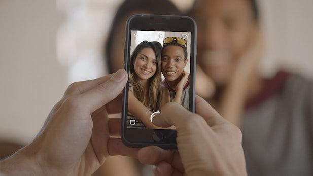 t3n-Daily-Kickoff: Snapchat erfindet sich neu, mit GIFs, Stickern und Telefonieren