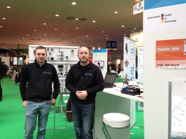 Olaf Lüke und Matthias Bolte auf der CeBIT 2016 –in einem der wenigen Momente der Ruhe am Tinkerforge-Stand. (Foto: t3n)