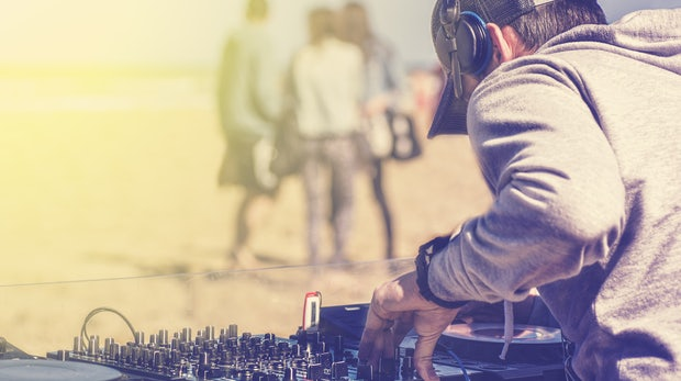 Maschinen ersetzen den Menschen? Warum DJs uns Hoffnung machen können