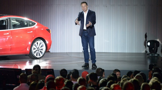 Model 3: Elon Musk schickt günstigeren Tesla mit Rockstar-Show ins Rennen